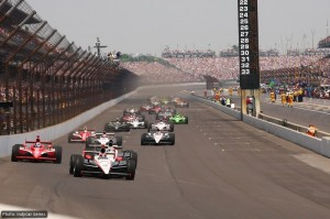 Castroneves leads the field into the first corner